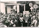Η Λιτανεία που έγινε το 1927. Δεξιά όπως κοιτάζουμε την εικόνα είναι η μορφή της Γερόντισσας Αναστασίας και πίσω ο π. Γεώργιος Ανδρινόπουλος, Εφημέριος της περιοχής Ίκλαινας-Ελαιοφύτου & Πλατάνου, ο οποίος τελούσε και Εφημέριος του Ιερού Προσκυνήματος.