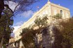 Η κύρια όψη της Σχολής της Σιών από δυτικά